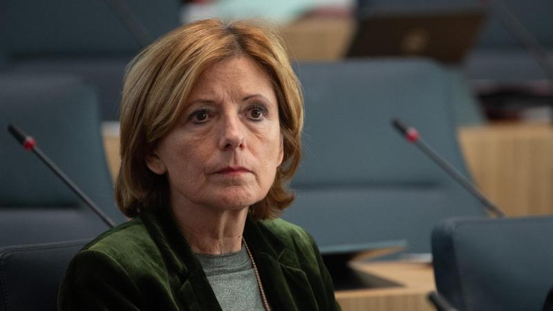 malu-dreyer-spd-ministerprasident-von-rheinland-pfalz-sitzt-im-landtag-foto-sebastian-gollnowdpa