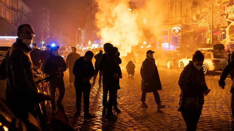 aus-protest-gegen-die-raumung-des-wagencamps-kopi-platz-in-berlin-sind-am-freitagabend-in-hamburg-nach-polizeiangaben-etwa-500-demonstranten-aus-der-linksautonomen-szene-auf-die-strae-gegangen-foto-jonas-walzbergdpa