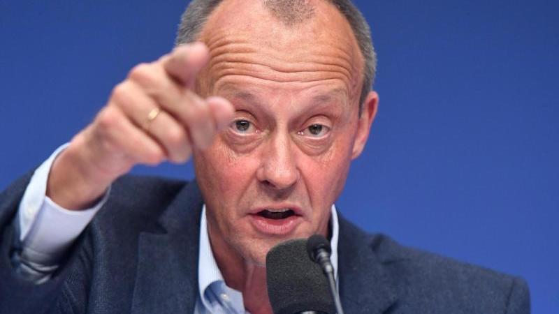 friedrich-merz-fruherer-cducsu-fraktionsvorsitzender-im-bundestag-halt-eine-rede-zum-auftakt-des-deutschlandtages-der-jungen-union-foto-bernd-thissendpa