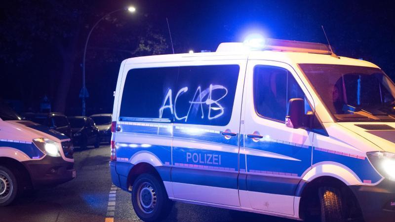 bei-protesten-gegen-die-raumung-der-wagenburg-kopi-wurde-ein-polizeiauto-bespruht-foto-paul-zinkendpa