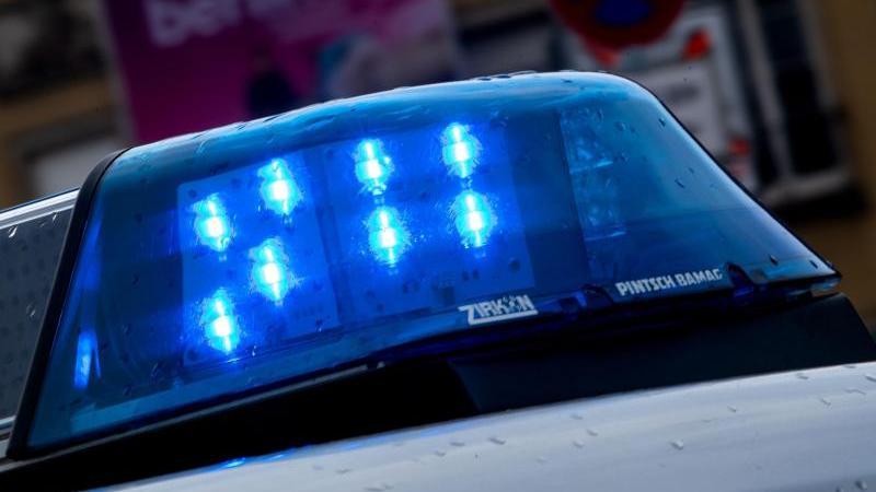 ein-polizeiauto-ist-mit-blaulicht-im-einsatz-foto-monika-skolimowskadpa-zentralbilddpasymbolbild