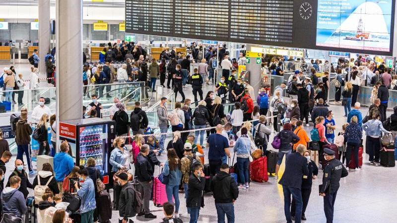 reisende-warten-im-flughafen-hannover-auf-die-sicherheitsabfertigung-foto-michael-mattheydpa