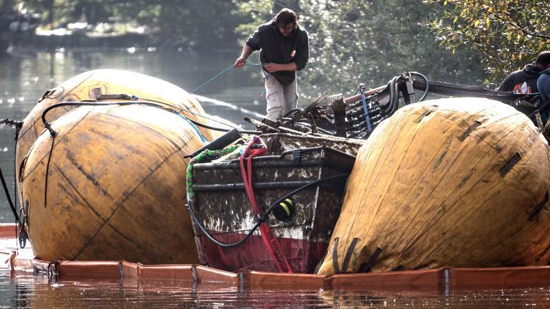mit-hebesacken-wird-das-gesunkene-fahrgastschiff-moornixe-an-die-wasseroberflache-gehoben-foto-federico-gambarinidpa