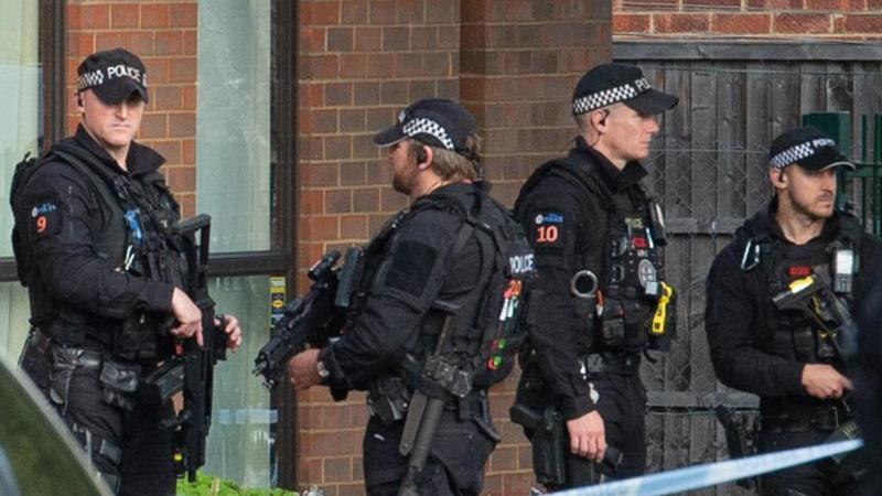 polizeibeamte-und-rettungskrafte-stehen-am-tatort-jetzt-wurde-der-todliche-messerangriff-als-terroristische-tat-eingestuft-foto-nick-ansellpa-wiredpa