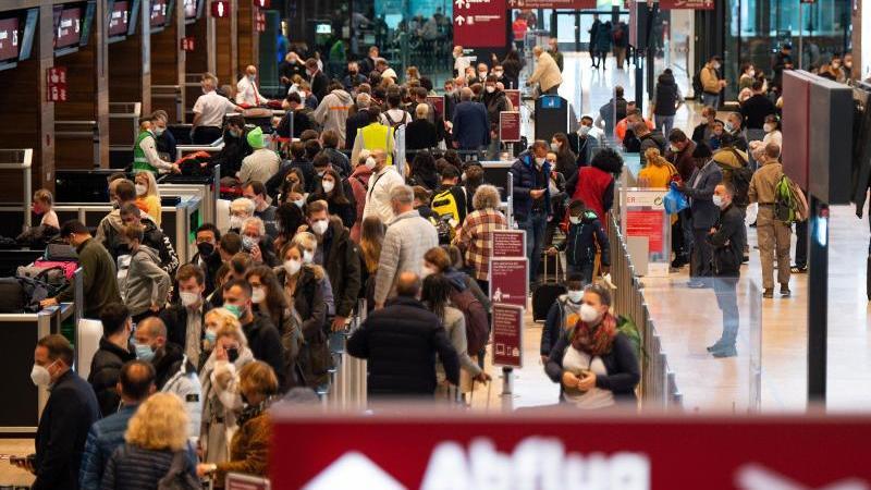 mehrere-flughafen-in-deutschland-erwarten-an-diesem-wochenende-eine-weitere-starke-reisewelle-foto-monika-skolimowskadpa-zentralbilddpa