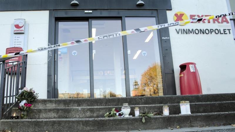 vor-einem-geschaft-das-in-die-gewalttat-in-der-norwegischen-kleinstadt-kongsberg-verwickelt-war-stehen-blumen-und-kerzen-foto-terje-bendiksbyntbapdpa