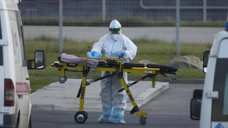 ein-medizinischer-mitarbeiter-bereitet-eine-trage-vor-einem-krankenhaus-in-kommunarka-vor-foto-alexander-zemlianichenkoapdpa