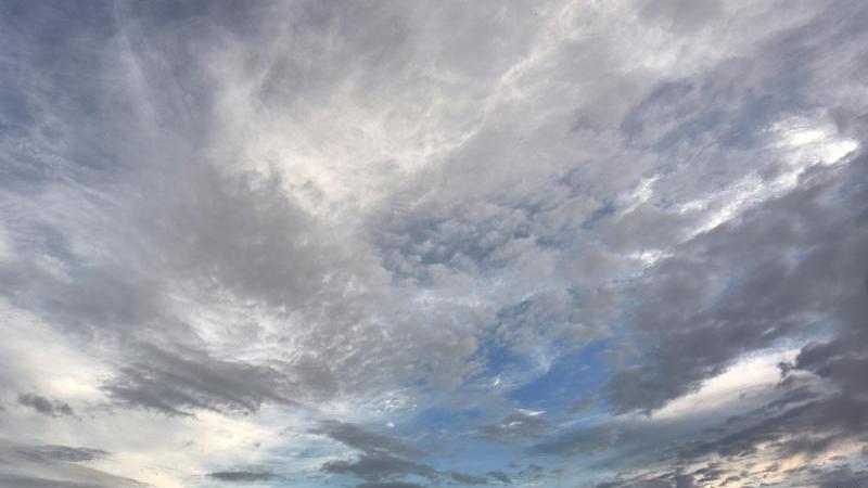eine-aufreiende-wolkendecke-zieht-uber-eine-wiese-hinweg-foto-thomas-freydpasymbolbild