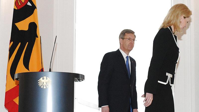 Bundespräsident Christian Wulff und seine Frau Bettina verlassen am Freitag (17.02.2012) im Schloss Bellevue das Podium nach der Pressekonferenz. Wulff erklärte seinen Rücktritt. Foto: Maurizio Gambarini dpa/lbn  +++(c) dpa - Bildfunk+++