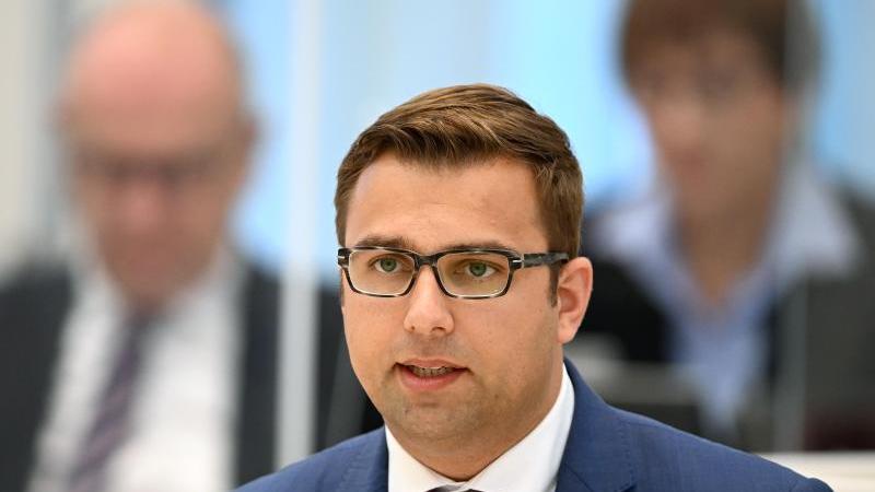 erik-stohn-spd-fraktionsvorsitzender-spricht-wahrend-einer-landtagssitzung-foto-soeren-stachedpa-zentralbilddpaarchivbild