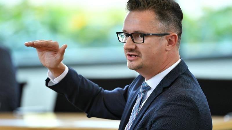 christian-tischner-cdu-abgeordneter-spricht-im-thuringer-landtag-foto-martin-schuttdpa-zentralbilddpaarchivbild