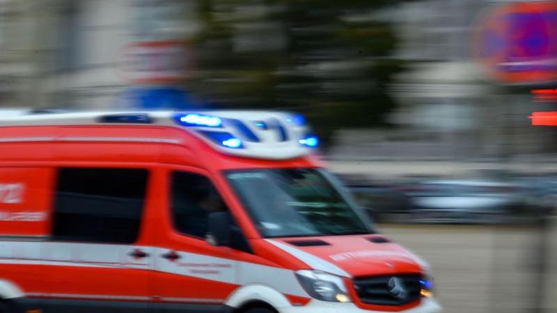 ein-rettungsfahrzeug-ist-mit-blaulicht-im-einsatz-foto-jens-buttnerdpa-zentralbildzbsymbolbild
