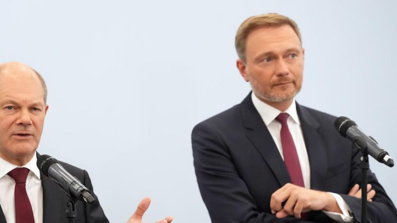 der-mogliche-neue-kanzler-olaf-scholz-l-und-sein-kunftiger-finanzminister-und-amtsnachfolger-christian-lindner-foto-kay-nietfelddpa