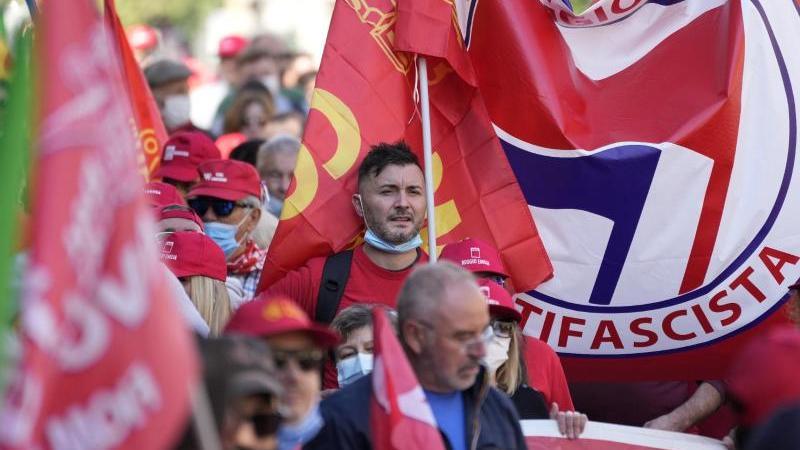 italiens-gewerkschaften-haben-die-antifaschistische-demonstration-als-reaktion-auf-einen-rechtsextremen-angriff-organisiert-foto-andrew-medichiniapdpa