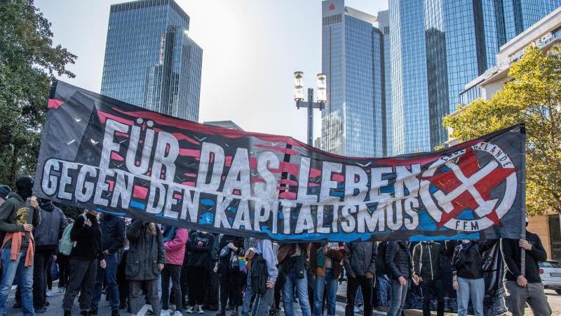 teilnehmer-aus-dem-linken-spektrum-beteiligen-sich-an-einer-demonstration-in-der-innenstadt-foto-boris-roesslerdpa