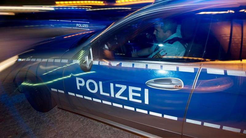 eine-polizeistreife-fahrt-zu-einem-einsatz-foto-patrick-seegerdpasymbolbild