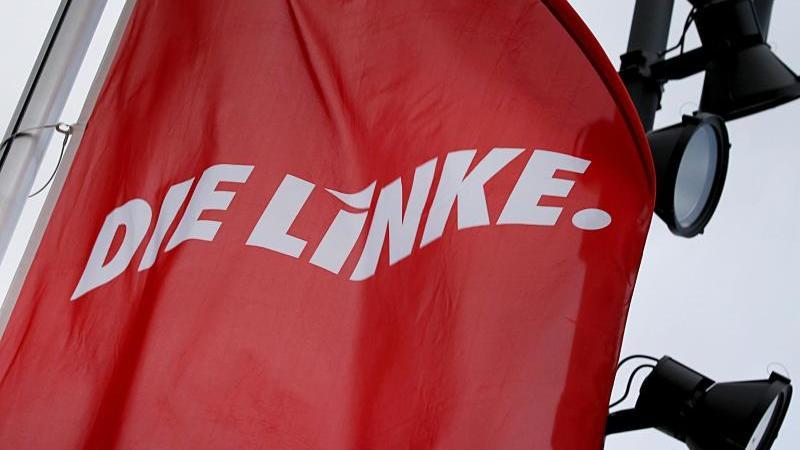 fahnen-der-linkspartei-wehen-im-wind-foto-oliver-bergdpasymbolbild