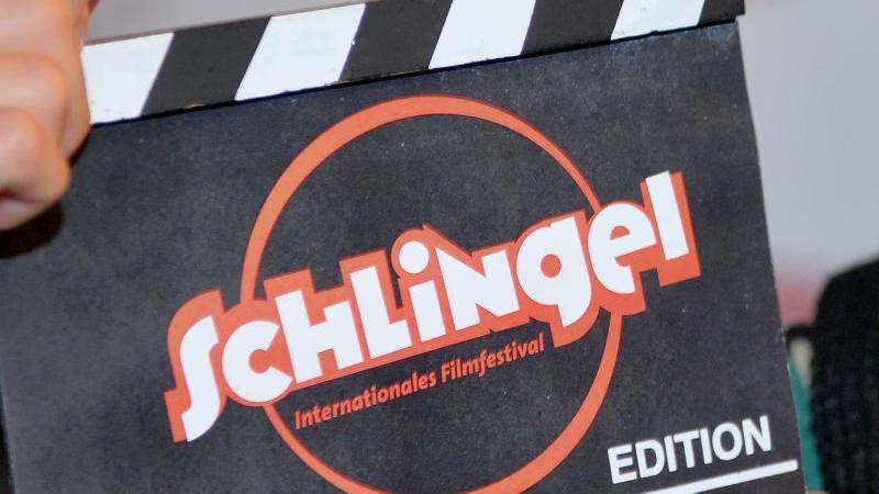 eine-filmklappe-mit-der-aufschrift-schlingel-aufgenommen-auf-dem-kinder-und-jugendfilmfestival-schlingel-foto-hendrik-schmidtdpa-zentralbilddpaarchivbild