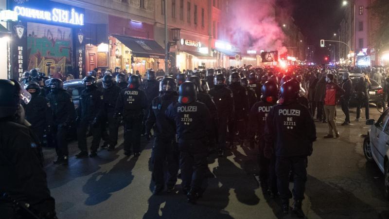 polizeibeamte-begleiten-am-kottbusser-tor-den-protest-gegen-die-raumung-des-kopi-foto-paul-zinkendpa
