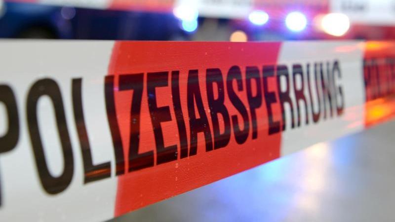 ein-flatterband-mit-der-aufschrift-polizeiabsperrung-foto-patrick-seegerdpasymbolbild