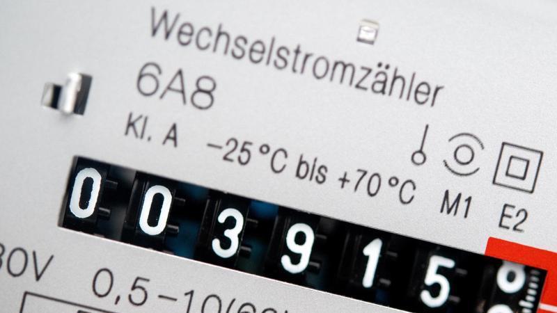 ein-wechselstromzahler-zeigt-den-aktuellen-zahlerstand-in-kilowattstunden-in-einem-haushalt-an-angesichts-stark-gestiegener-energiepreise-warnt-eu-arbeitskommissar-nicolas-schmit-vor-mehr-energiearmut-in-europa-foto-hauke-christian-dittrichdpa