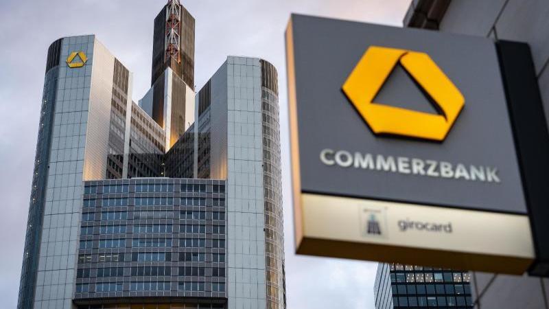 das-logo-der-commerzbank-ist-an-einer-filiale-der-zentrale-angebracht-foto-frank-rumpenhorstdpaarchivbild