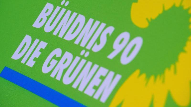 das-logo-von-bundnis-90die-grunen-steht-auf-einem-aufsteller-der-partei-foto-stefan-sauerdpa-zentralbilddpaarchivbild