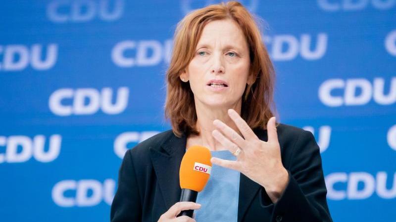 karin-prien-schleswig-holsteinische-bildungsministerin-spricht-foto-christoph-soederdpaarchivbild
