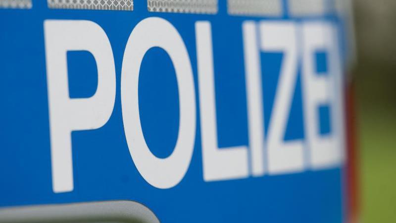 das-wort-polizei-steht-auf-der-karosserie-eines-einsatzwagens-foto-marijan-muratdpasymbolbild