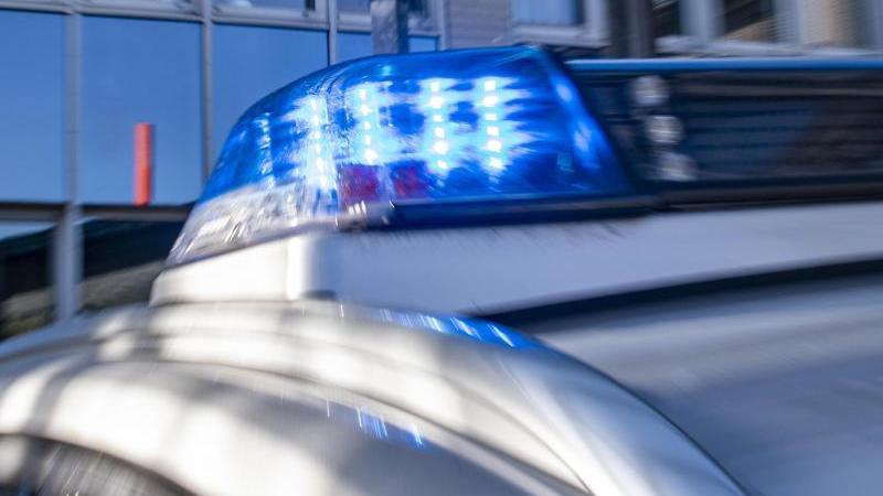 das-blaulicht-an-einem-polizeiwagen-ist-eingeschaltet-foto-david-inderlieddpaillustration