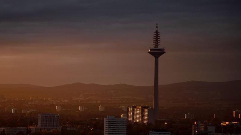 die-sonne-scheint-unter-wolken-den-europaturm-an-foto-sebastian-gollnowdpaarchivbild