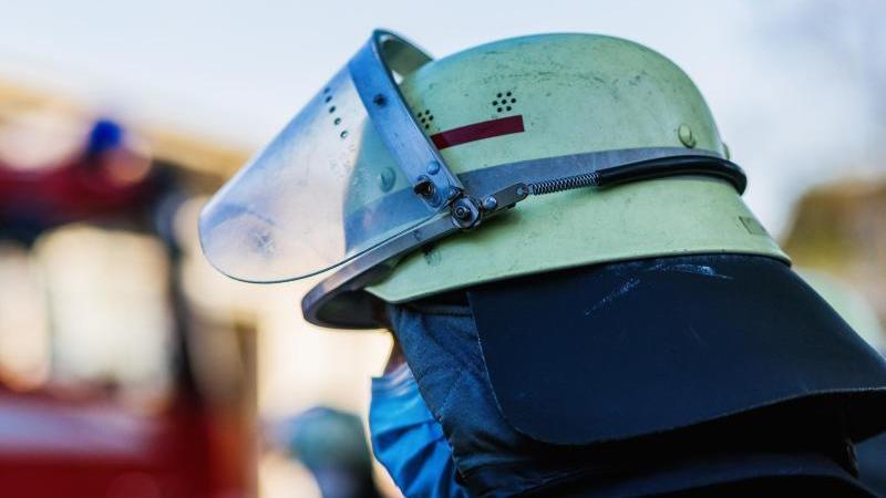ein-feuerwehrmann-mit-helm-und-maske-foto-philipp-von-ditfurthdpasymbolbild