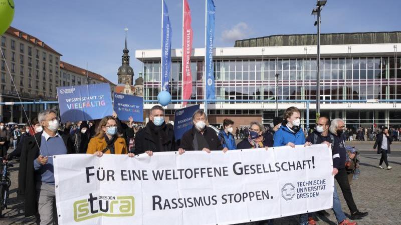 demonstranten-tragen-ein-banner-bei-der-gegendemonstration-am-7-jahrestag-der-pegida-bewegung-foto-matthias-rietscheldpa-zentralbilddpa