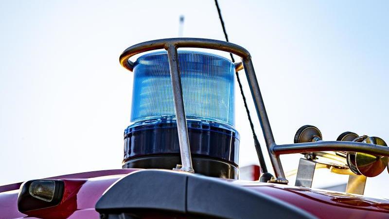 auf-dem-dach-eines-einsatzfahrzeugs-der-feuerwehr-ist-ein-blaulicht-zu-sehen-foto-david-inderlieddpasymbolbild