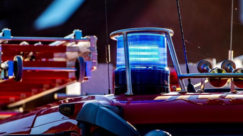 auf-dem-dach-eines-einsatzfahrzeugs-der-feuerwehr-leuchtet-ein-blaulicht-foto-david-inderlieddpasymbolbild