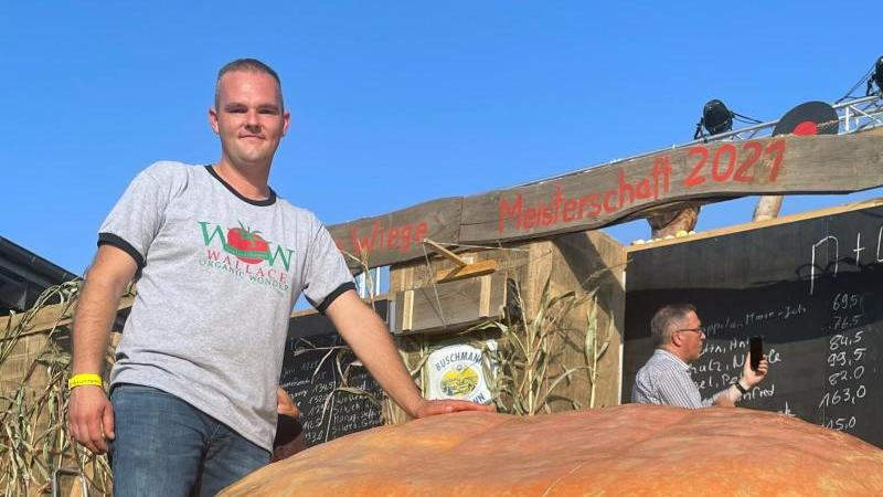 oliver-grafe-steht-neben-seinem-867-kilogramm-schweren-kurbis-foto-antje-winkelmannspargelhof-klaistowdpaarchivbild