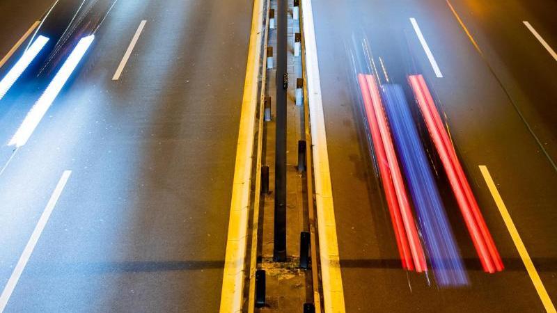 der-verkehr-auf-der-berliner-stadtautobahn-a-100-zeichnet-sich-am-abend-als-leuchtspuren-ab-foto-christoph-soederdpaarchivbild