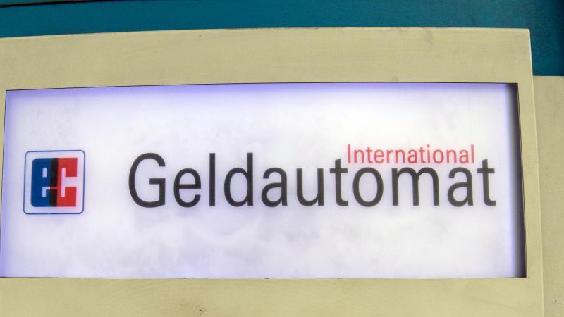 der-schriftzug-geldautomat-auf-einem-geldautomaten-foto-paul-zinkendpa-zentralbildzbsymbolbild