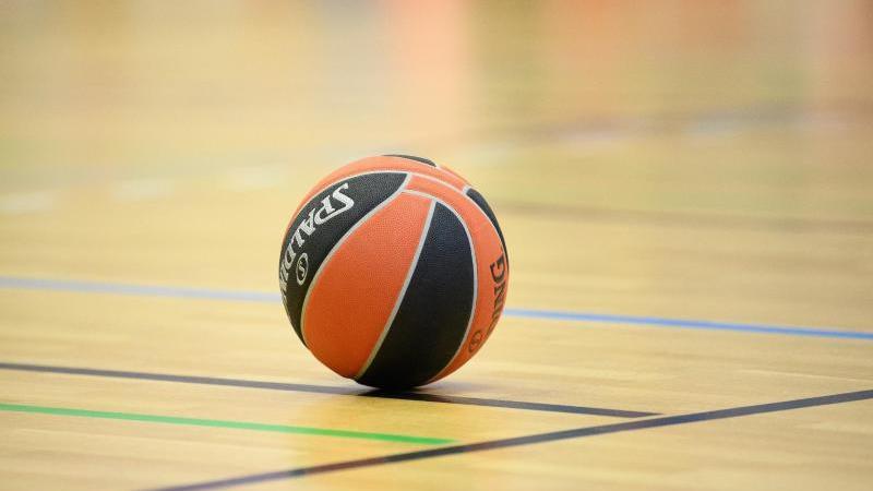 ein-ball-liegt-auf-einem-basketball-spielfeld-foto-soeren-stachedpa-zentralbilddpasymbolbild