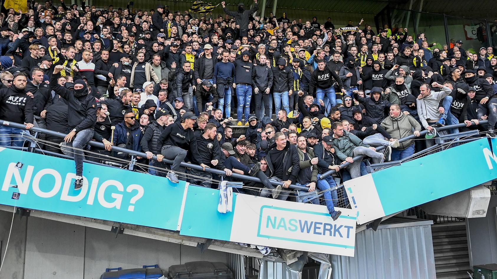 nach-dem-10-sieg-von-vitesse-arnhem-bei-nec-nijmegen-ist-unter-dem-jubel-der-arnheimer-fans-ein-teil-einer-tribune-eingebrochen