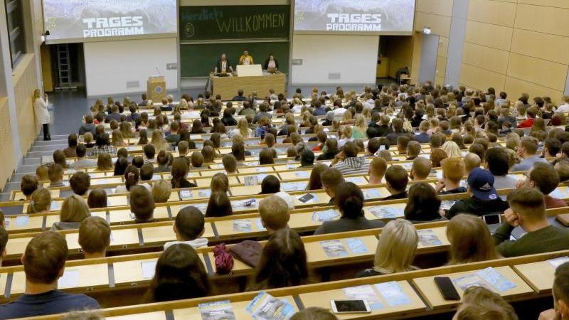 beim-campustag-haben-sich-die-studienanfanger-im-audimax-der-universitat-eingefunden-foto-bernd-wustneckdpa-zentralbilddpaarchivbild