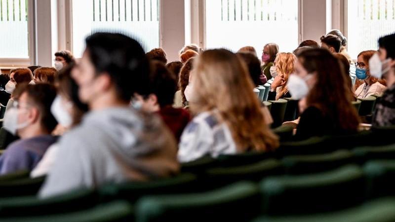 studenten-sitzen-im-audimax-einer-universitat-foto-britta-pedersendpa-zentralbilddpasymbolbild