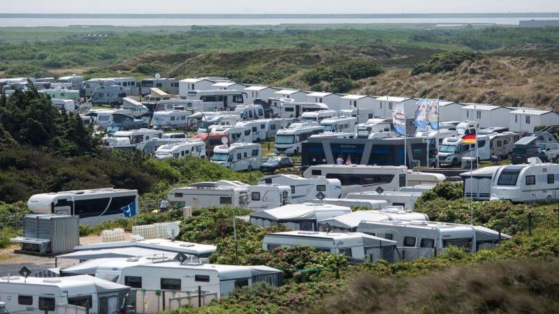 wohnwagen-und-wohnmobile-stehen-auf-einem-campingplatz-foto-daniel-bockwoldtdpasymbolbild