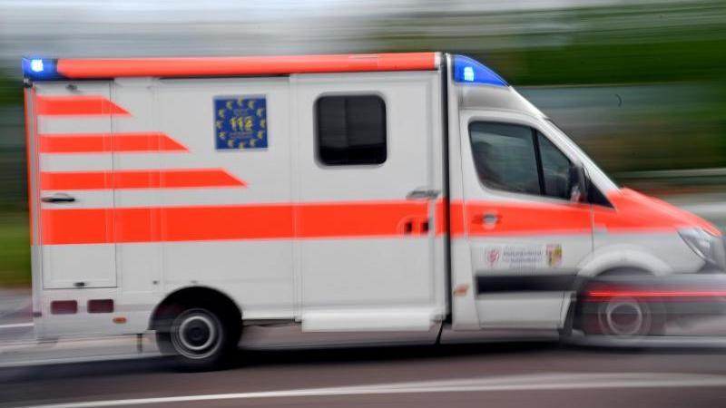 ein-krankenwagen-fahrt-mit-blaulicht-auf-einer-strae-foto-hendrik-schmidtdpa-zentralbildzbsymbolbild