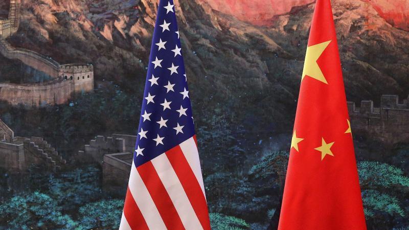 flaggen-der-vereinigten-staaten-und-der-volksrepublik-china-foto-feng-li-poolgetty-images-pooldpa