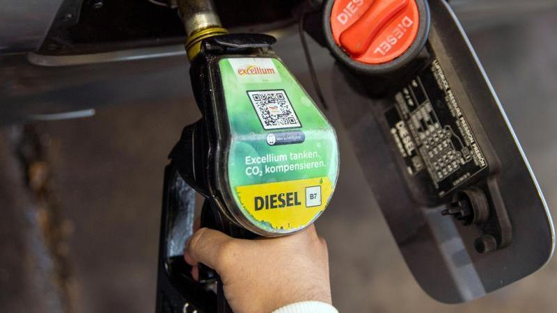 autofahrer-in-deutschland-mussen-fur-diesel-einen-neuen-rekordpreis-zahlen-foto-carsten-koalldpasymbolbild