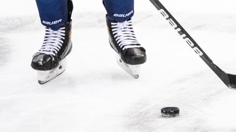 ein-eishockeyspieler-spielt-den-puck-foto-matthias-balkdpasymbolbild