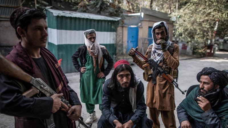 taliban-kampfer-halten-wache-vor-einer-polizeistation-in-kabul-foto-oliver-weikendpaarchiv