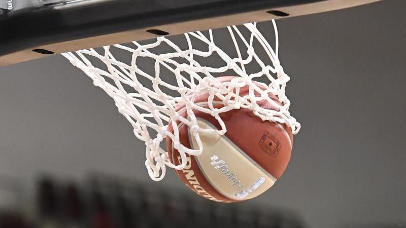 ein-basketball-landet-im-korb-foto-thomas-kienzledpasymbolbild