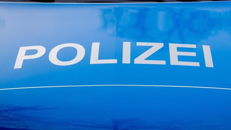 der-polizei-schriftzug-steht-auf-einem-einsatzfahrzeug-foto-christoph-soederdpasymbolbild